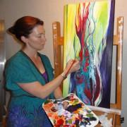 Olivia aan het schilderen in haar atelier - sm